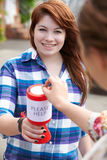 Tonårs- flicka som samlar för välgörenhet Royaltyfri Bild