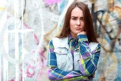Tonårs- flicka som ser fundersam arkivbild