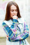 Tonårs- flicka som ser fundersam royaltyfri foto