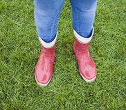 Tonårs- flicka som slitage röda rubber kängor Fotografering för Bildbyråer
