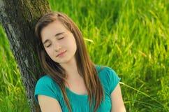 Tonårs- flicka som sover i naturen Arkivbilder