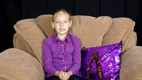 Tonårs- flicka som talar med abonnenter och att göra en gest av handframdelkameran arkivfilmer