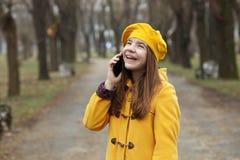 Tonårs- flicka som talar på hennes mobiltelefon arkivbild