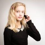 Tonårs- flicka som talar på hennes telefon Arkivbild