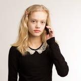 Tonårs- flicka som talar på hennes telefon Fotografering för Bildbyråer