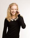 Tonårs- flicka som talar på hennes telefon Royaltyfri Bild