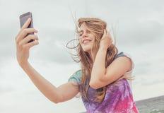 Tonårs- flicka som tar selfie Arkivfoto