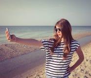 Tonårs- flicka som tar självståenden Royaltyfri Foto