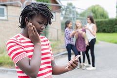 Tonårs- flicka som trakasseras av textmeddelandet fotografering för bildbyråer