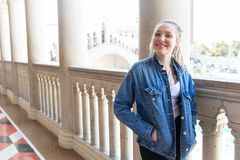Tonårs- flicka som utanför ler nära stenpelare royaltyfria foton