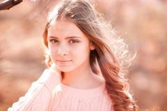 Tonårs- flicka som utomhus poserar Arkivbilder