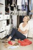 Tonårs- flicka som väljer kläder från garderob i sovrum Royaltyfria Bilder