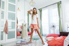 Tonårs- flicka som väljer kläder i garderob Royaltyfri Fotografi
