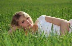 Tonårs- flicka utanför på en solig dag Royaltyfri Foto