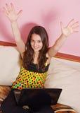 tonårs- flickabärbar dator Arkivfoto