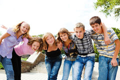tonårs- flickagrabbar Fotografering för Bildbyråer