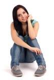 Tonårs- flickasammanträde Royaltyfri Bild