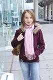 tonårs- flickashopping royaltyfri fotografi