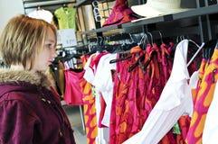 tonårs- flickashopping Fotografering för Bildbyråer