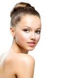 Tonårs- flickastående för skönhet