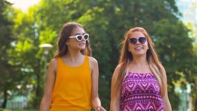 Tonårs- flickor eller vänner som går i sommar, parkerar stock video