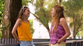 Tonårs- flickor eller vänner som talar i sommar, parkerar lager videofilmer