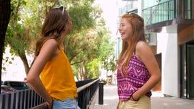 Tonårs- flickor eller vänner som talar i sommarstad arkivfilmer