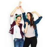 Tonårs- flickor i hörlurar som lyssnar till musik arkivfoton