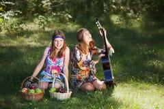 Tonårs- flickor med den utomhus- gitarren Arkivbilder