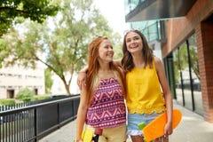 Tonårs- flickor med korta skateboarder i stad Royaltyfria Bilder