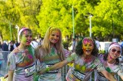 Tonårs- flickor med kulört le för pulver Royaltyfri Bild