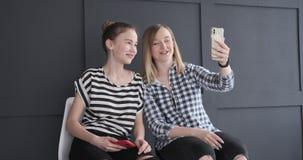 Tonårs- flickor som använder mobiltelefonen för video pratstund stock video