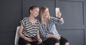 Tonårs- flickor som gör video pratstund på mobiltelefonen lager videofilmer