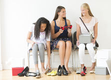 Tonårs- flickor som hemma försöker på nya skor Royaltyfri Foto