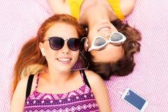 Tonårs- flickor som lyssnar till musik från smartphonen Fotografering för Bildbyråer