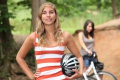Flickor som rider deras cyklar Arkivbilder
