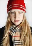 Tonårs- flickor som tycker om vintern Royaltyfri Foto
