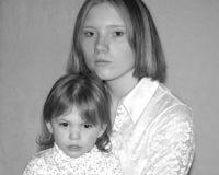 Tonårs- fostra/systrar Arkivfoto