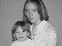Tonårs- fostra/systrar Arkivbild