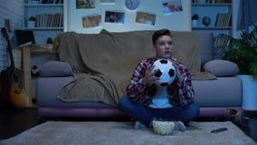 Tonårs- fotbollfan som hemma hurrar för favorit- lag, nationell konkurrens lager videofilmer