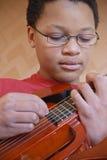 tonårs- gitarrspelare Royaltyfri Foto