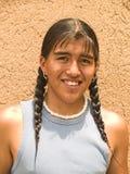 tonårs- infödd stående för amerikansk pojke arkivfoton