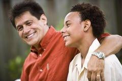 tonårs- interracial son för fader arkivbilder