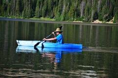 tonårs- kayaking för pojke Royaltyfri Fotografi