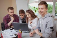 Tonårs- klasskompisar som tillsammans studerar royaltyfri fotografi