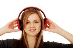 Tonårs- kvinna som lyssnar till musik Arkivbilder