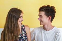 Tonårs- le för par royaltyfri bild