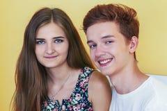 Tonårs- le för par royaltyfri foto