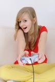 tonårs- leka playstation för flicka Arkivfoto