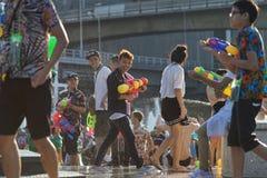 Tonårs- lekvatten med hans vänner under Songkran Royaltyfri Foto